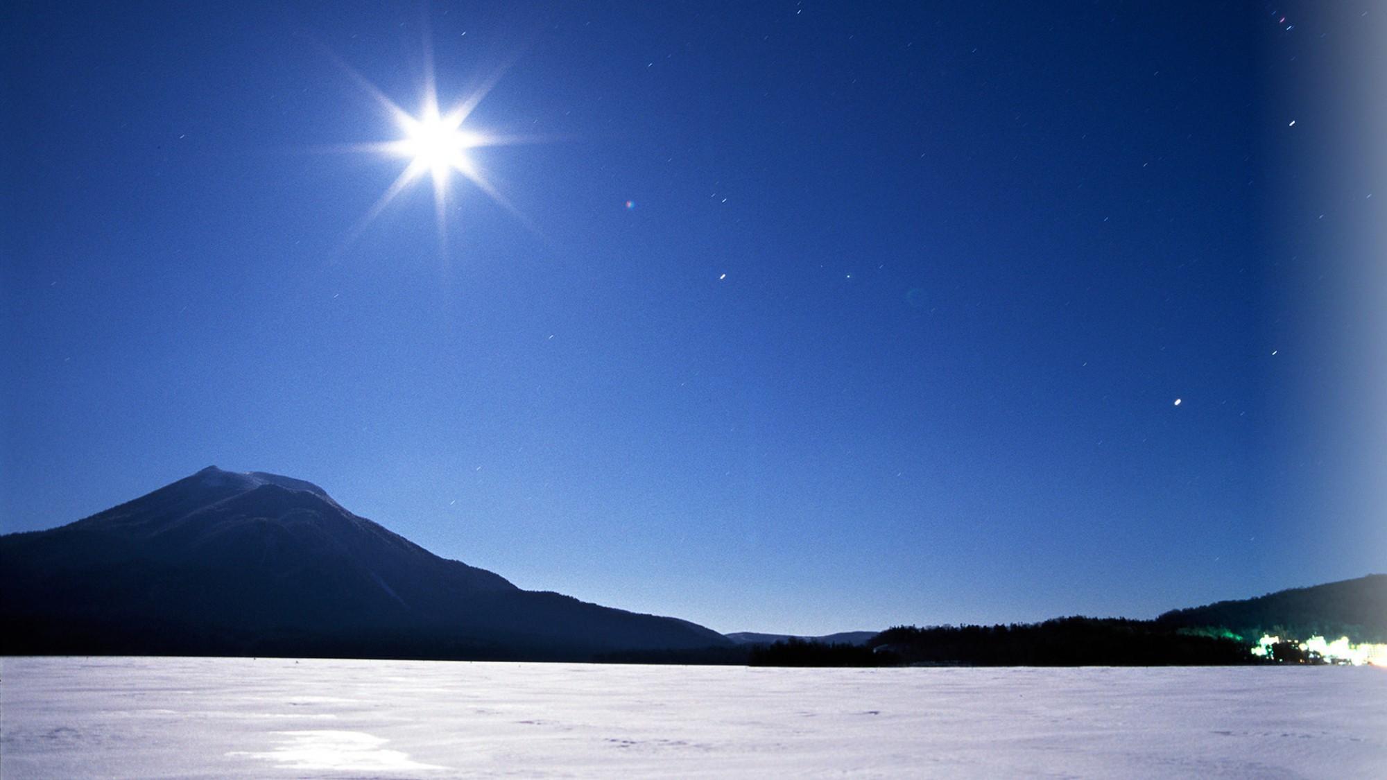 冬の夜の阿寒湖。吸い込まれそうな風景が目の前に広がります