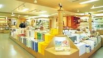 スーベニアショップ 「ハートの贈り物」/鶴雅グループオリジナルのお菓子など、お土産を販売しています。