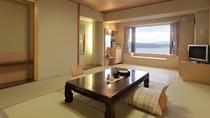 【湖側】和室10畳/やさしい樹のぬくもりで設えた和の空間。窓からは阿寒湖をご覧いただけます。
