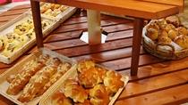 隣接のパン屋「Pan-de-Pan」/朝食バイキングのパンは「Pan-de-Pan」の焼きたてパン!