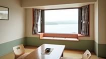 【湖側】和洋室/全室阿寒湖一望できる湖側の和洋室で日々移ろいゆく阿寒湖の四季をお愉しみくださいませ。