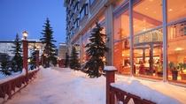 外がどんなに寒くても、館内はぬくもりがいっぱい。阿寒湖を望む客室やロビーでのんびりお寛ぎ下さい。