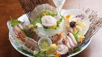 「刺身盛り合わせ特典付」プランでは、季節を感じる新鮮な海の幸をお楽しみいただけます!(2名盛り一例)