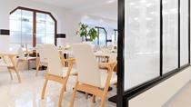 バイキングレストラン/花ビュッフェ「ハーモニー」。阿寒湖からの光が差し込む明るいレストランです。