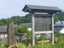 北上川堤防・芭蕉一宿の碑、宿より徒歩2分