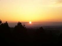 草飼山{くさぎやま}から眺める夕日、9〜10月ごろ。夕方5時30分〜6時ごろ。