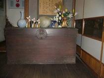 当館2階に飾られた葛籠(つづら)