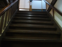玄関、階段です。