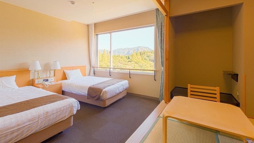 【ツインルーム】畳2畳の小上がりの座敷が付く客室です。