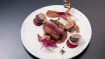フランスヴァンデ産小鳩の低温ローストともも肉のグリエ(カシューナッツの赤ワインソース)