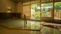 開放的な半露天風呂から望む森林浴(大浴場)