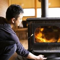 寒い日には暖炉に火を入れてお待ちしております。。