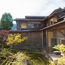 *【別館の外観】球磨川の源流、水上村の里山にたたずむ当館。