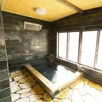 【本館の石風呂】広々としたお風呂が人気♪