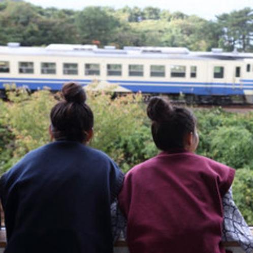 *【JR五能線】大自然の中を駆けぬく列車の光景は、鉄道ファンでなくても興奮!