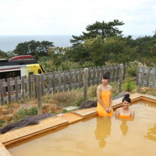 *【露天風呂】温泉に浸かりながら、JR五能線を眺める。鉄道ファンにはたまりません!