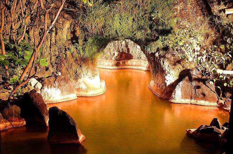 洞窟温泉へ続く露天風呂