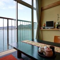 *【半露天風呂付き客室】部屋からは瀬戸内海の眺めが広がります。