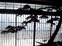 木で彫った松