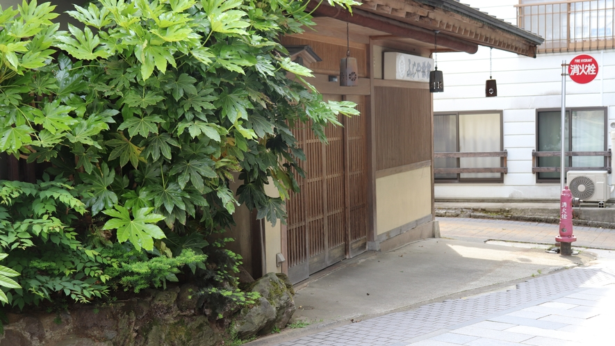ふじや旅館玄関斜め