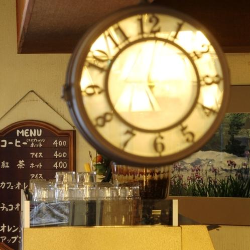 コーヒーコーナーにはレトロな時計が