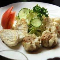 朝食セットの焼売&サラダです/料理一例