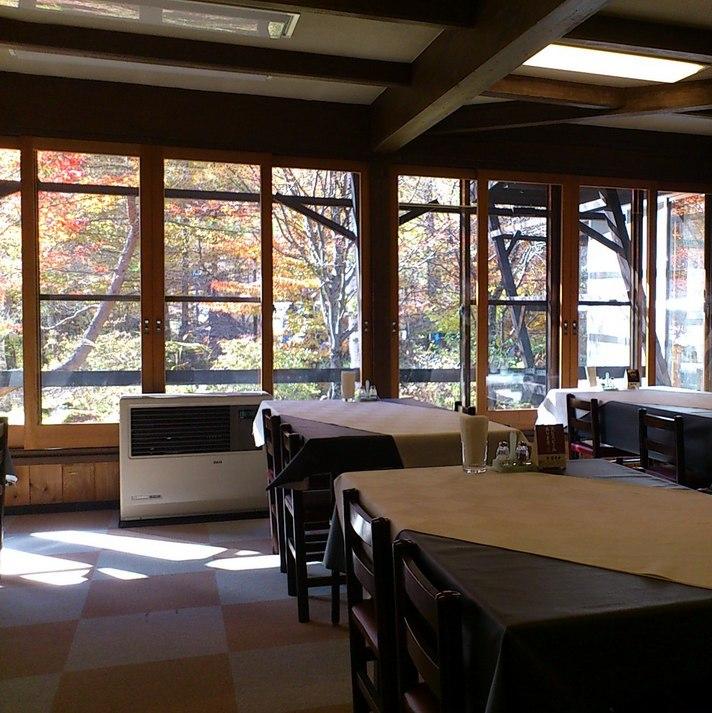 四季の表情豊な庭園を眺めながらお食事をお楽しみ下さい。秋の紅葉が美しい眺めです。