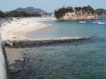 海(満潮時)宿から50mにある海水浴場です。大波が来ないので小さなお子様も安心して遊べます。