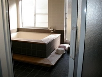 4~5人でお入りいただけるお風呂。シャワーが3ヶ所あります。