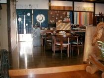 ロビー。女将が趣味で作った草木染・古布を使った作品を展示しています