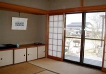 お部屋一例(8畳)お部屋の窓を開けると、広い縁側があります。平屋なので全室、お庭からの出入り可能です