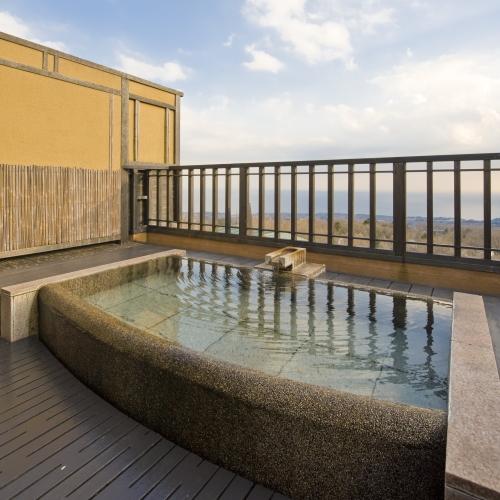 【月タイプ】2階にある露天風呂/海と空を眺めながらのんびりと