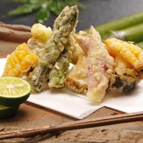 【ご夕食/揚物】旬の野菜に衣をつけてパリッと歯応えのある天ぷらに。酢橘やお塩でどうぞ。