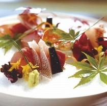 ご夕食の一品『お造り』脂ののった旬のお刺身をお召し上がりいただけます。