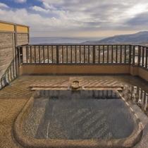 【花タイプ】2階にある露天風呂/海と空を独り占めしながらの温泉をお楽しみいただけます。