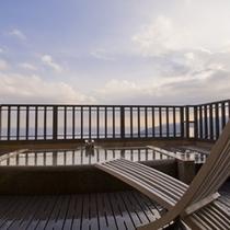【月タイプ】2階にある露天風呂/春から秋にかけてはこの椅子が活躍しそうな予感