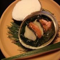 【アワビの磯焼き】わかめ・地魚と一緒に海の香りをご堪能いただけます。