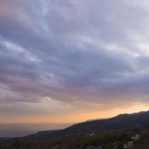 ある日の夕方、天城山に沈む夕日と共に夕焼けがきれいです。