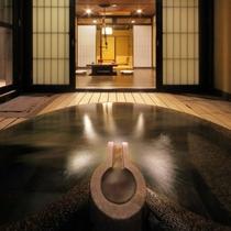 内湯から眺めた室内。絶え間なく流れる湯の贅沢。