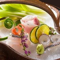 伊豆近海の季節のお魚を中心に新鮮で脂ののったお刺身は透き通る美しさの目でも愉しめる逸品