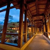 離れへと続く渡り廊下 日本庭園を眺めながらお進みください