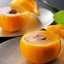 季節の果物をアレンジ。時には珍しい柑橘類が入荷することも…。デザートは女性に大人気の一品。