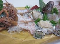 アカザ海老と鮑が付いたお刺身の豪華舟盛りコース