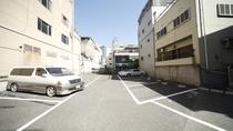 【無料駐車場】正午より先着順で最大13台 ※バイクは空きスペースにお止めいただけます。