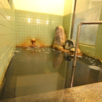 *【温泉】浴槽は源泉を生かす大きさを考えあえて小さめです。湯船が染まっているのは湯の花や泉質による為