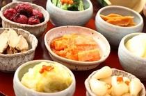 【お漬物】朝食時は自家製の漬物がズラリと並ぶ…