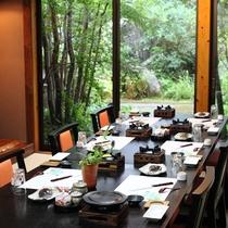 【施設】個室お食事処から眺める美しい中庭