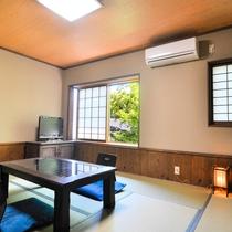 季節の花が飾られた「和」の客室は、全室にトイレ・洗面付きです