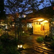 【外観】夕暮れに浮かび上がる阿蘇の四季。玄関へとつづくアプローチ