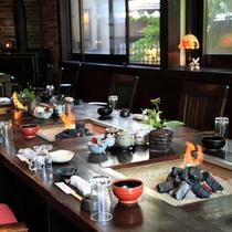囲炉裏の炭に火が入り、阿蘇の四季のおいしい夕食の始まりです♪